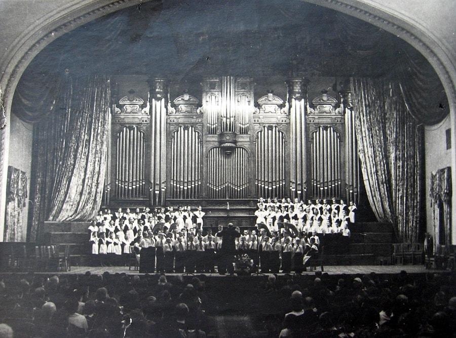 Хор пионеров на сцене Большого зала, 1950-е гг. Фото - pastvu.com