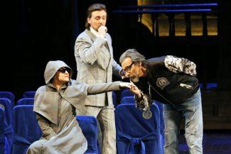 Дон Паскуале (Джованни Фурланетто, справа) ради юной красавицы Норины (Венера Гимадиева) готов вырядиться хоть рокером. А плут Малатеста (Игорь Головатенко) ловко направляет интригу. Фото предоставлено пресс-службой Большого театра