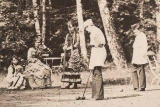 Игра в Крокет в усадьбе фон Мекк в Плещеево. Софья стоит в центре, Надежда фон Мекк сидит слева от нее, 1882 год