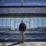 Режиссер Ален Маратра у здания Приморской сцены Мариинского театра. Фото - Юрий Смитюк