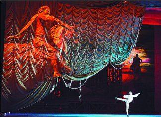 Когда Евгений сходит с ума, на сцене сразу два Медных всадника: в виде проекции и в виде монумента Петр Великий и его конь повернуты к публике тылом