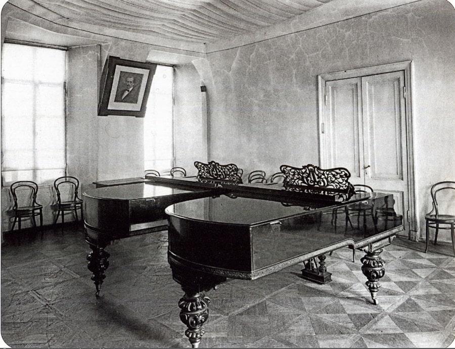 Класс фортепиано, 1890-е годы. Сверху - прослойка для звукоизоляции по тогдашним технологиям. Фото - pastvu.com