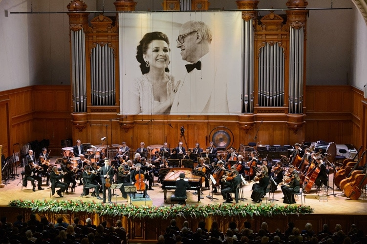 На фотографии над сценой Ростропович в это время весело поглядывал на Вишневскую. Фото - Александр Курков