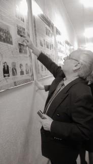 Юрий Симонов во время визита в родную школу