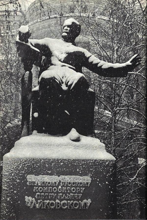 Зимой, под снегом, Пётр Ильич становится похожим на Владимира Ильича. Фото - pastvu.com