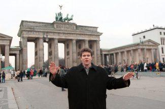 Перед юным Денисом Мацуевым мир распахнулся, как за его спиной - Бранденбургские ворота. Фото - PhotoXPress.ru