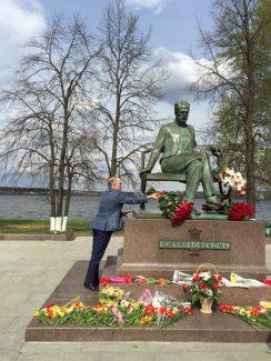 Валерий Гергиев у памятника Чайковскому в Воткинске