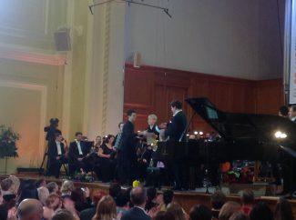 Денис Мацуев вручает Гран-при Grand piano competition Александру Малофееву и Сандро Небиеридзе. Фото - Росконцерт