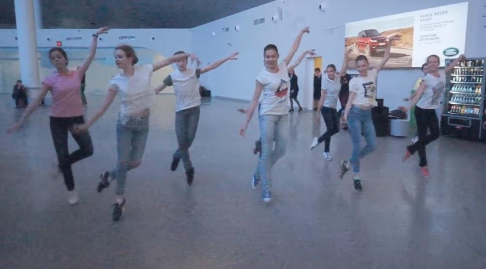 В самарском аэропорту станцевали артисты театра оперы и балета