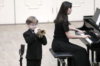 """""""Маленький, худенький мальчик может играть на трубе лучше и мощнее любого здоровяка, при условии, что он правильно берет дыхание"""". На сцене - Саша Емельянов, ученик И. И. Малоштанова"""