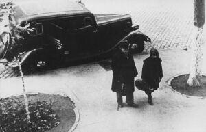 Столярский направляется от «Эмки» к своему дому на Пушкинской