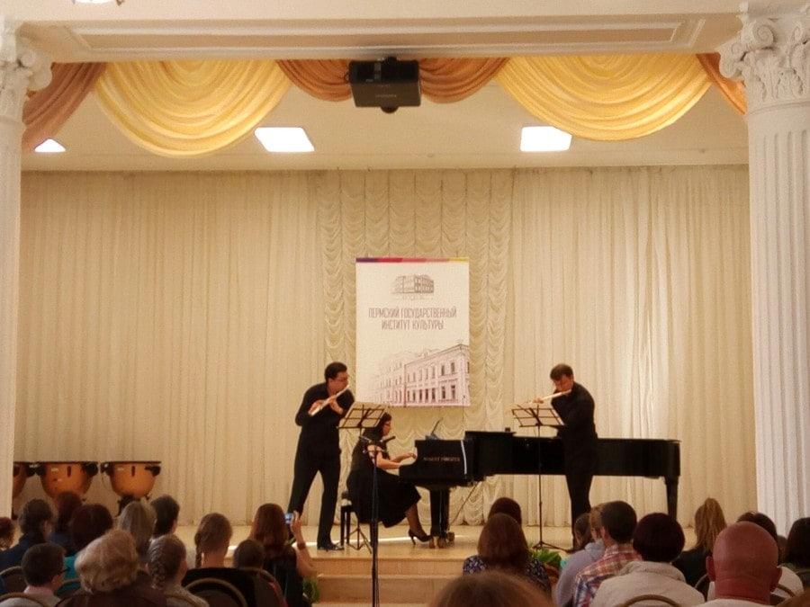 Виктор Хотулев (флейта), Сергей Журавель(флейта) и Марина Окуневич (фортепиано)