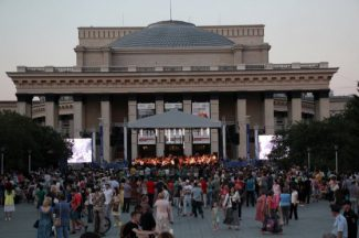 Послушать Шостаковича на ступенях оперного пришли тысячи новосибирцев. Фото - Кирилл Канин/ tayga.info