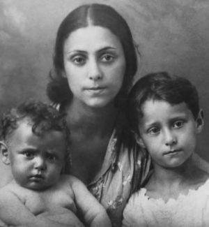 Рахиль Мессерер с детьми Майей и Александром, 1932 год