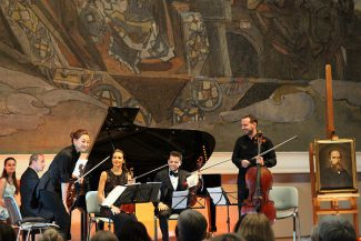 У ног «Принцессы Грезы» Борис Андрианов (справа) представляет публике участников своего ансамбля. Фото - Сергей Бирюков