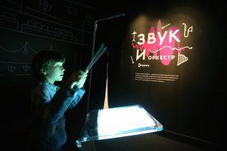 Бери на выставке в руку дирижерскую палочку - и управляй оркестром Юрия Башмета. Фото - Аркадий Колыбалов/ РГ