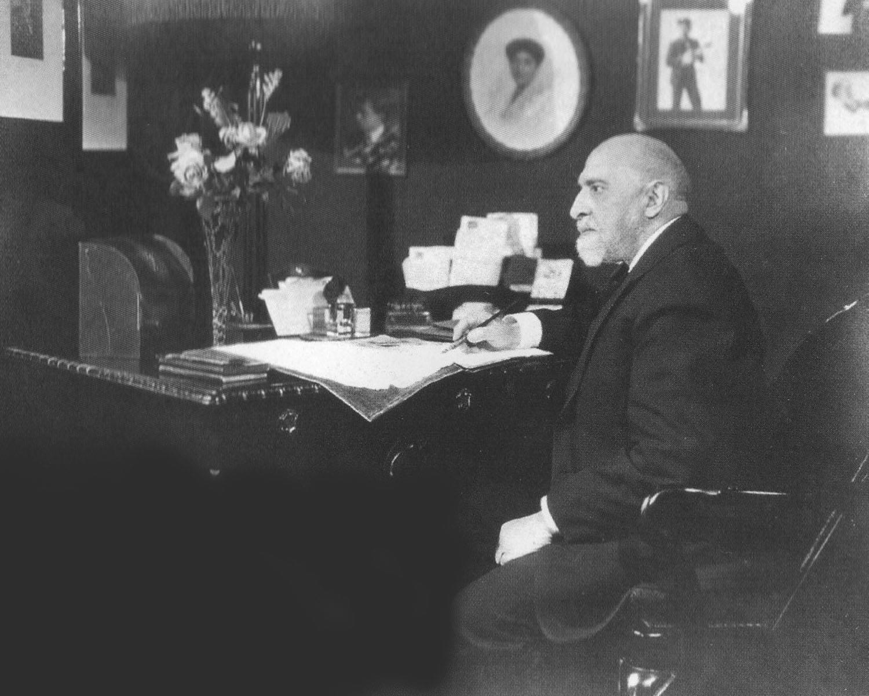 Леопольд Ауэр в своём кабинете в Нью-Йорке