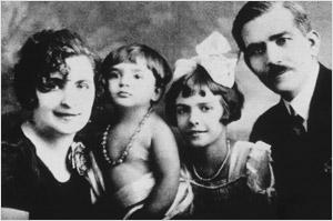Евангелия и Георгий Калогеропулос с детьми Марией и Джеки