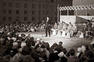 Певец из Азербайджана Муслим Магомаев в дни VIII Всемирного фестиваля молодежи и студентов в Хельсинки, 1962 год. Фото: РИА Новости / Валерий Шустов