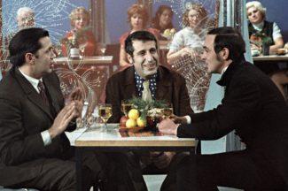 Поэт Роберт Рождественский (слева), композитор Арно Бабаджанян (в центре) и певец Муслим Магомаев (справа) принимают участие в телевизионной съемке, 1974 год. Фото: РИА Новости