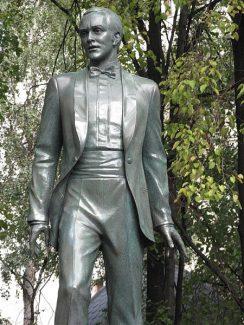 Памятник Муслиму Магомаеву