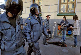 Полицейские и уличные музыканты в Москве. Фото -Александр Петросян