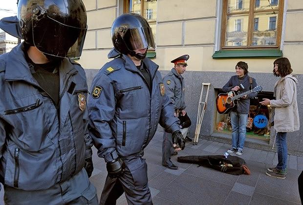 Полицейские и уличные музыканты в Москве. Фото - Александр Петросян