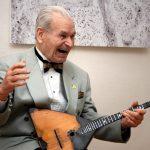 Балалаечник-виртуоз Михаил Рожков отмечает 98-летие