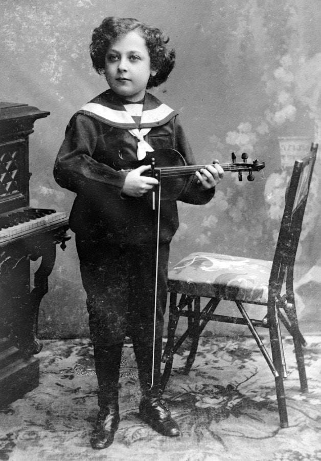 Кто это уже сейчас держит скрипку так, как будет держать её и тогда, когда превратится в настоящую звезду?