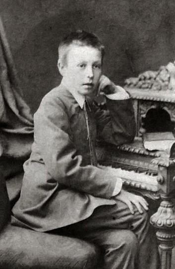 Он не просто станет выдающимся музыкантом. Он станет богом, которому будут поклоняться все пианисты, без исключения. Но на этой фотографии ему пока еще всего 13 лет...