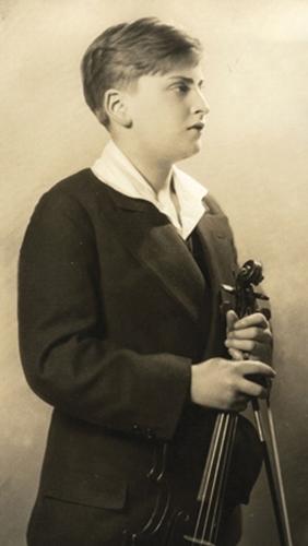 Он станет одним из самых известных скрипачей XX века. Его имя?