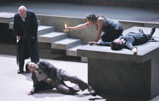 Зловещая пустота сцены в смысле лаконизма декораций лишь оттеняет эмоциональный накал трагедии. Фото - Финская национальная опера