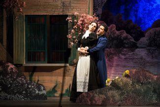 Романтический стиль воссоздан в спектакле с иронией, но без издевки. Фото - Д. Кочетков