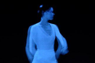 В старом балете Люсинды Чайлд оживают кадры с нею. Фото - Sally Cohn
