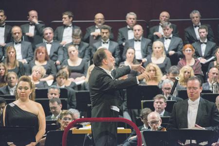 Исполнение Реквиема требует огромного количества музыкантов, в кадре – лишь треть. Фото - Михаил Логвинов/Большой театр