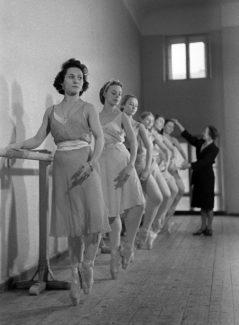 Ольга Лепешинская на занятиях у станка (первая), 1938 год. Фото - Анатолий Гаранин/РИА Новости