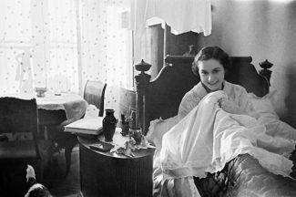 Ольга Лепешинская у себя дома, Москва, 1940 год. Фото - Анатолий Гаранин/РИА Новости