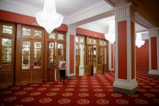 Фойе Новосибирского театра оперы и балета после ремонта, 13 ноября 2015 года. Фото - Александр Кряжев