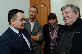 Режиссер Тимофей Кулябин (второй слева), Борис Мездрич (справа) и адвокат Сергей Бадамшин (слева) во время судебного заседания, 10 марта 2015 года. Фото - Александр Кряжев