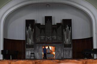 Занятия по органу в Малом зале Московской консерватории. Фото -РИА Новости/Сергей Пятаков