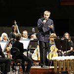 Дирижер Василий Петренко держал вступительное слово перед исполнением Девятой симфонии Бетховена. Фото - Fred Olav Vatne