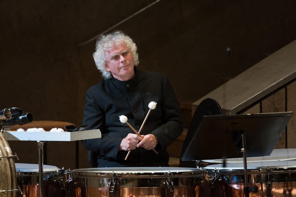 Подыграть Оркестру Джона Уилсона вышел главный дирижер Берлинских филармоников Саймон Рэттл, владеющий несколькими оркестровыми профессиями. Фото - Musikfest Berlin