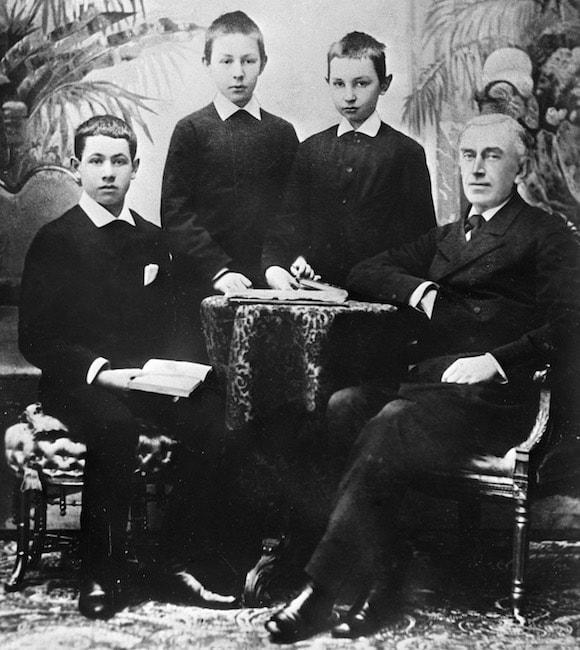 Сережа Рахманинов (второй слева) с преподавателем Н. Зверевым и соучениками по Московской консерватории, 1886 г. Фото - РИА Новости