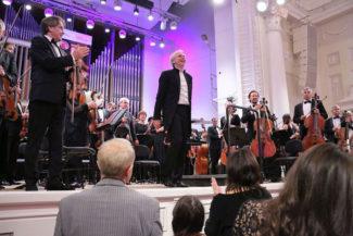 Новосибирский академический симфонический оркестр под управлением Гинтараса Ринкявичуса дал концерт в Большом зале Свердловской филармонии