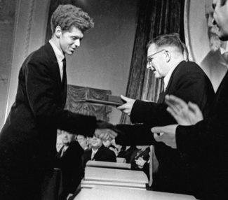 Д. Д. Шостакович вручает Клиберну золотую медаль. Фото: Михаил Озерский, РИА Новости