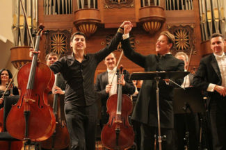 Александр Сладковский и Нарек Ахназарян после исполнения Первого виолончельного концерта