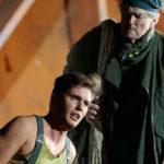 Молодой Билли (Юрий Самойлов) находит поддержку у старого Датчанина (Роберт Ллойд). Фото - Дамир Юсупов / Большой театр