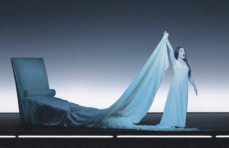 Свет и жест играют в постановках Уилсона важную роль. Фото - Люси Янш/diaghilevfest.ru