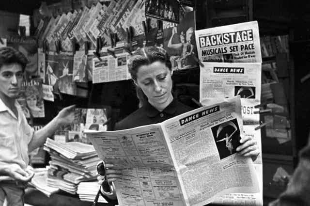 Гастроли Большого театра в Америке. Майя Плисецкая знакомится с газетными рецензиями, 1962 год. Фото - РИА Новости
