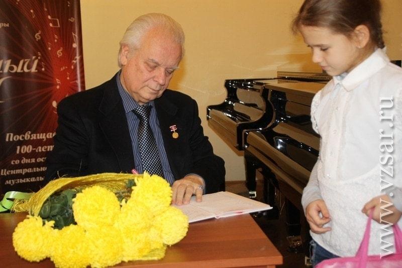 В конце встречи Юрий Симонов раздал автографы и подписал дневники ученикам ЦДМШ Саратова. Фото - Алина Шкарупа